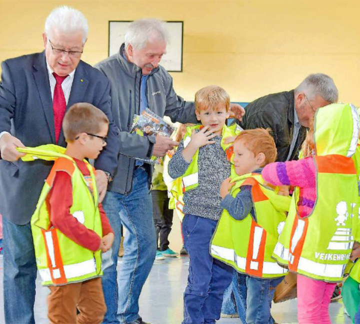 Special reflective vest for elementary school students