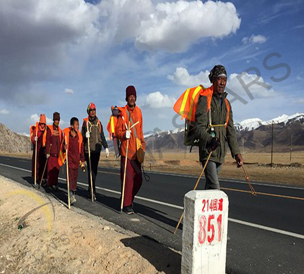 Yushu police distributed free safety vests to pilgrims