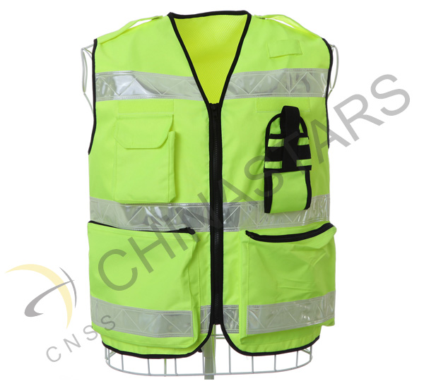 Guiyang community service patrol member put on safety vest