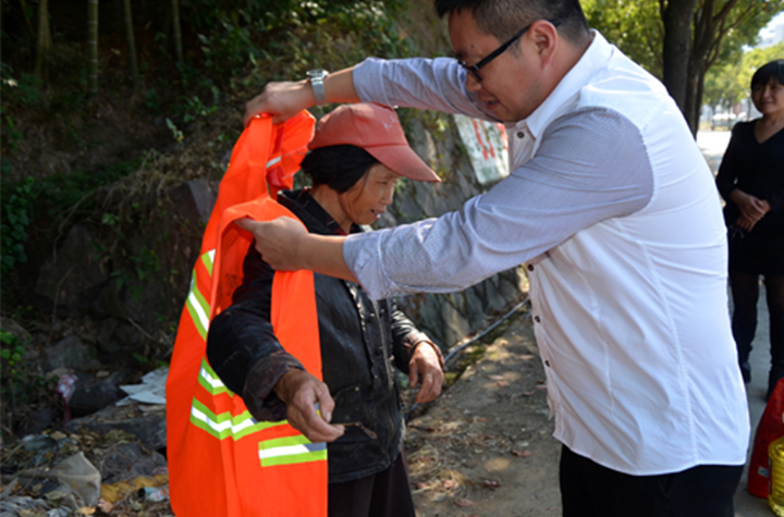 Reflective clothing ensure the safety of sanitation workers