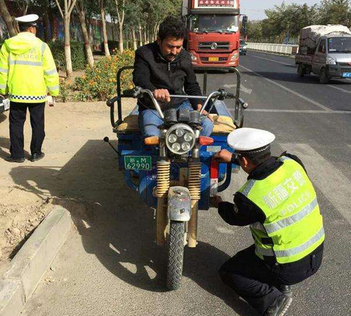 Police paste reflective tape for agricultural vehicles