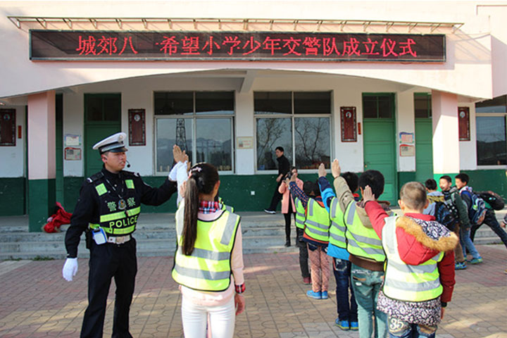Hangzhou police issuing reflective vest