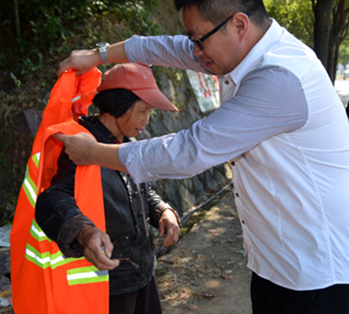 30000pcs reflective vests are given to sanitation workers